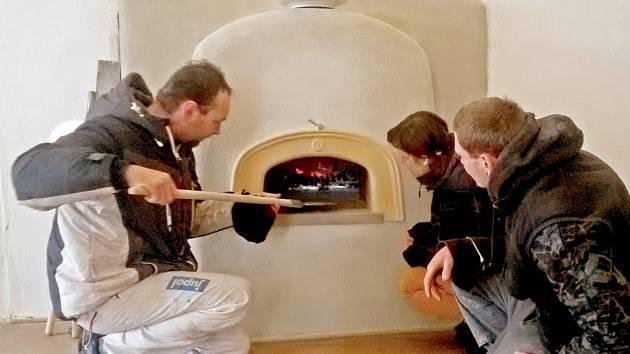Kamnář Lukáš Novotný názorně předvedl, jak se v takové dobové peci peče.