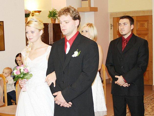 """Datum 11. 11. 2011 je spojené s Miroslavem a Lucií Bártovými z Poličky. V pátek si řekli """"ano"""" na poličské radnici. Nechyběli ani jejich nejbližší příbuzní."""