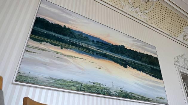 تصویری غول پیکر از یک قورباغه درختی به دیوار اتاق هیئت مدیره تالار شهر سوویتوی آویزان است.