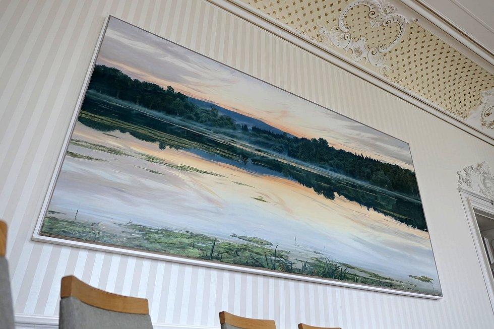 Na stěně v zasedací místnosti svitavské radnice visí obří obraz Rosnička.