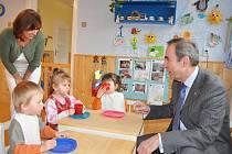 Poslanec Jiří Skalický  navštívil  ve čtvrtek kojenecký ústav ve Svitavách.
