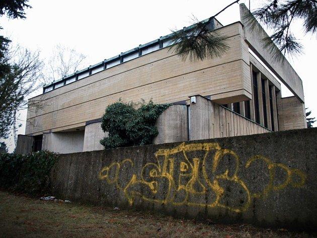 Vandalové pomalovali zeď u smuteční síně