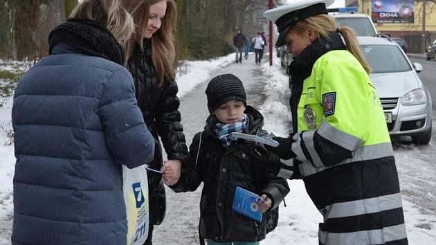 Policisté stojí tento týden na přechodech pro chodce u škol ve městech okresu.