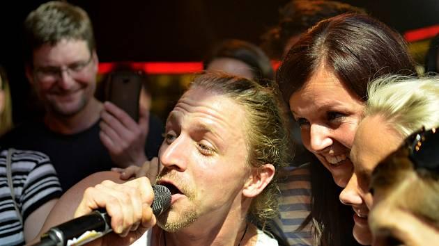 Zaplněná Kotelna v Litomyšli přivítala včera zpěváka Tomáše Kluse.