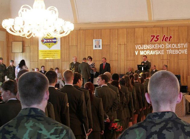 Slavnostní vyřazení studentů vojenské školy v Moravské Třebové.