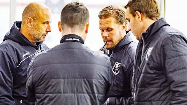 Management SF Hockey Academy: zleva bývalý skvělý brankář a dvojnásobný mistr světa Tomáš Vokoun, generální manažer Mikko Saarni, finská hokejová superstar Olli Jokinen a vpravo Jakub Bažant.