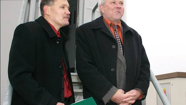 MARTIN HOFMAN (vlevo) staví větrné elektrárny již čtyři roky.  Ve spolupráci se starostou Gruny Aloisem Křivánkem (vpravo) včera představil veřejnosti další dva větrníky.