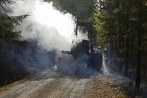 Hasiči v sobotu vyjížděli do Městečka Trnávka k požáru vyvážečky dřeva, která vzplála uprostřed lesa.