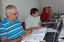 Důchodci v Opatově se učí práci na počítačích v novém kurzu ve volnočasovém centru. Aktivita je hrazena z Nadačního fondu Livie a Václava Klausových.