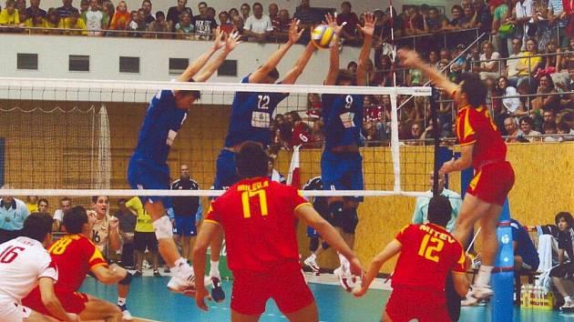 Volejbalové národní mužstvo v souboji s Makedonií na palubovce ve Svitavách.
