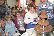 Posedmé připravilo Ekocentrum Skřítek v Divadelním klubu v Poličce pro děti z mateřských škol a žáky základních škol zábavně vzdělávací program ke Dni stromů.