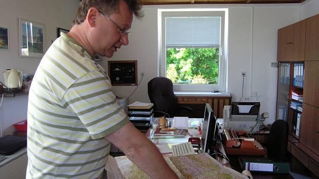 Pavel Řeřicha nad leteckou mapou
