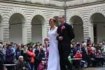 SVATBA V KROJI I V BÍLÉM.  Studenti zahradnické školy předvedli na květinové show nejdříve staročeskou svatbu a poté publikum na zámeckém nádvoří zhlédlo přehlídku současných svatebních  šatů a kytic.