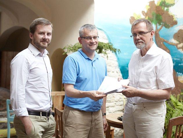 PETICI předali hejtmanovi Radko Martínkovi Daniel Brýdl a Petr Malota ze sdružení Generace 89.
