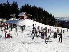Ilustrační foto: Zimní sezona se blíží! Pracovníci lyžařských areálů dokončují přípravy a doufají v lepší zimu. Kvůli té loňské museli omezit investice jen na ty nejnutnější.