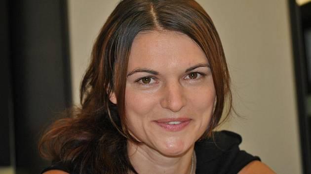 Markéta Kutilová v redakci Svitavského deníku.
