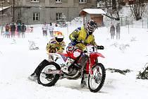 Na trati. Závody v motoskijöringu přinášejí řadu dramatických situací a jsou divácky atraktivní.