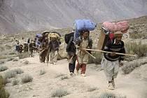 Pákistánští nosiči během týdenní tůry do základního tábora K2