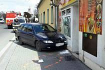 Auto srazilo dva chodce.