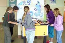 V jedné z poličských základních škol mají rušné přestávky. Děti na atrakcích vybíjí svoji energii, aby pak v hodinách bedlivě sledovaly vyučování.