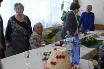 Marie Pakostová oslavila sté narozeniny. Vesele si povídala s hosty. Přijala osobní gratulaci od ministra Petra Nečase.