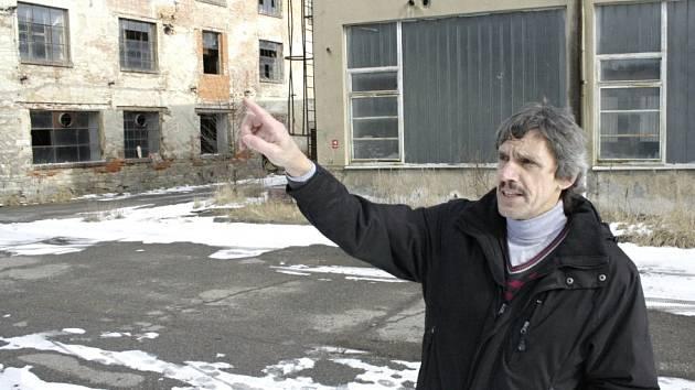 Zdevastovaný areál textilky v Brněnci.