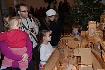 Pohyblivý betlém v poličském muzeu je téměř atrakcí. Ukazuje práci řemeslníků. Na vernisáži představily děti ze zušky vánoční hru Terezie Andrlíkové o narození Ježíška.