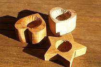 Studenti jevíčského lycea vyráběli dřevěná srdce pro nemocnou dívenku.