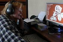 Libuše Benedová-Kozáková prověřuje záznamy z bezpečnostních kamer.