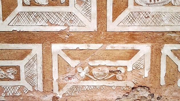 SGRAFITA. Dvoubarevná nástěnná malba na fasádě zámku v Litomyšli je unikátní, ale značně poškozená. Památkáři budou na renovaci potřebovat miliony.