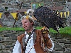 K lovu patří dravci, zbraně, trubači, ale i kejklíři. To vše bylo o víkendu k vidění na slavnostech lovu na hradě Svojanov.