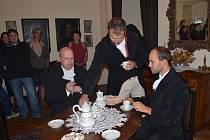NÁVŠTĚVNÍCI Svojanova se v sobotu setkali s posledními majiteli Haascheovými. Zahlédli také skřety z pověstí.