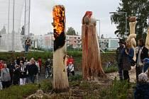 PŘI VERNISÁŽI řezbářského sympozia ve Svitavách vzplála socha Stanislava Cibulky. Z živlů si vybral oheň.