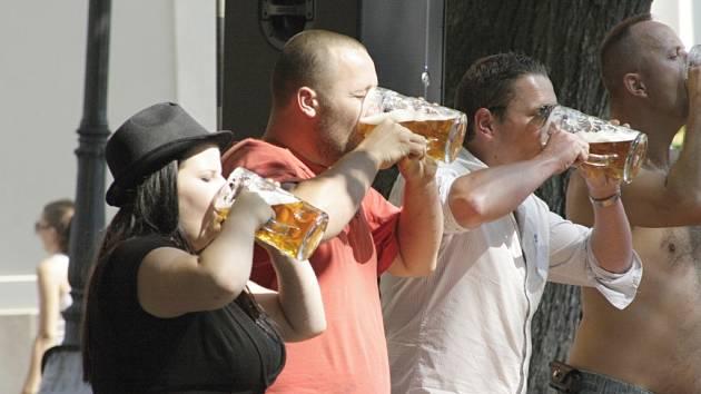 Velká žízeň. V soutěži o nejrychlejšího pijana tupláka zvítězil domácí Pavel Prcek Bednář.