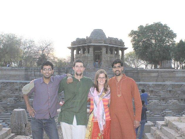 VÝLET. S naším hostitelem Sandeepem (vedle Báry) a kamarádem Ashimem (vedle Matěje).