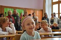 V Dolním Újezdu přivítali v základní škole 38 prvňáčků. Do školy chodí většina místních dětí, ale také sem dojíždějí z Horního Újezdu, Desné a Poříčí. Žáčky přivítal ředitel školy Jiří Lněnička a pamětní listy dětem rozdal starosta Stanislav Hladík