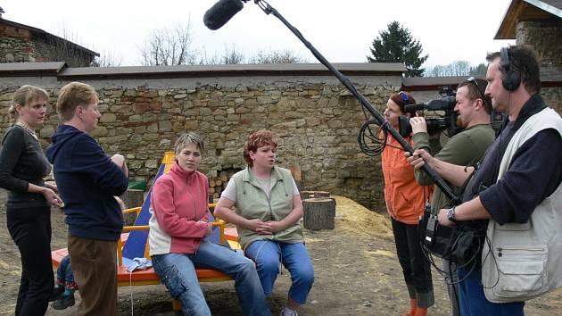 TELEVIZNÍ ŠTÁB v sobotu natočil dokument o Mateřském centru Kocourek. Hlavními aktéry se staly děti, které vyzkoušely nové skluzavky a jiné herní prvky.
