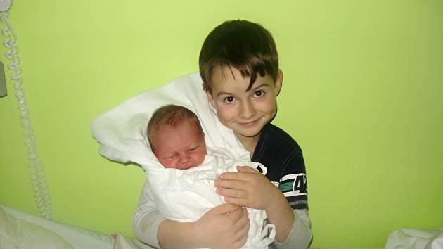 LUKÁŠ MACH. Narodil se 4. prosince, měřil 50 centimetrů a vážil 3,3 kilogramu. Rodiče Alena a Pavel a bráška Tomášek si malého Lukáška odvezou domů do Horního Újezdu.