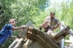 NA STAVBĚ kapliček se podílejí dobrovolníci ze Sebranic a několika okolních obcí.