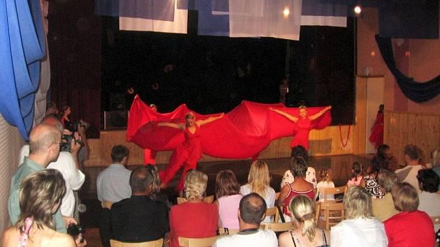 Na pódium přiletěli andělé. Jejich rozevlátá choreografie nadchla přítomné díváky.