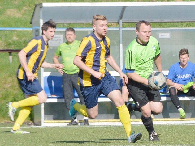 Svitavská rezerva (v pruhovaném) vyzrála na favority z Dolního Újezdu, když ve druhé půlce obrátila vývoj utkání.