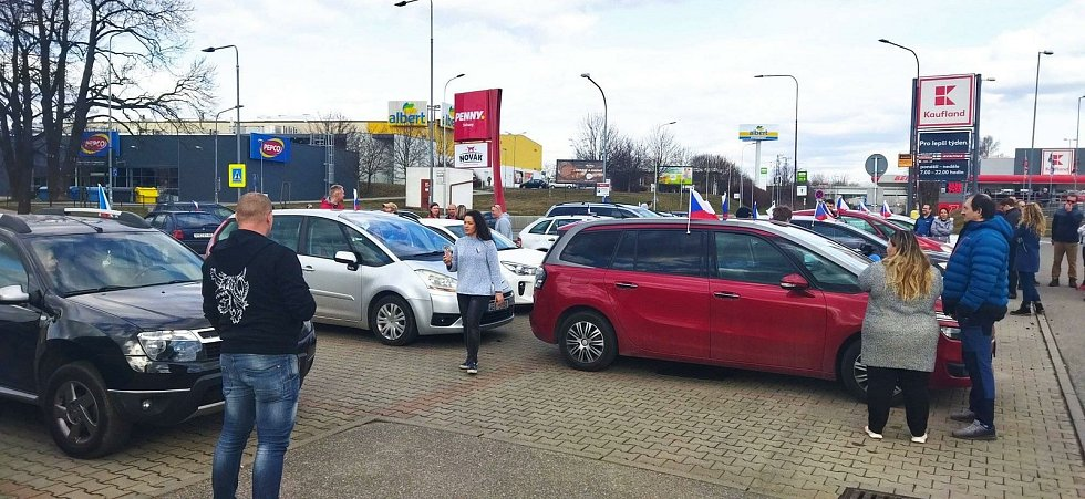 JÍZDA SVOBODY ve Svitavách. K protestní jízdě se připojilo zhruba 25 automobilů. Foto: FB Svitavy City