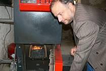 Novinka ve školce. Starosta Petr Škvařil se zasadil o vytápení mateřské školy biomasou.