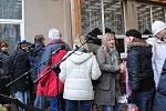 Desítky lidí si nenechaly ujít koncert skupiny Xilt u hospůdky na sídlišti.