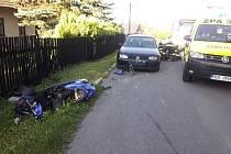 Nehoda motocyklisty a osobního vozu se stala v úterý v Koclířově. Zraněného motorkáře odvezli záchranáři do nemocnice.