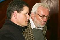 Rostislav Švácha (vpravo) napsal společně s Davidem Junkem odbornou publikaci, která mapuje poličské stavby dvacátého století.