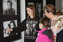 Mladá umělkyně prozradila návštěvníkům techniku, jakou svá díla tvoří na vernisáži výstavy ve svitavské fabrice. Zájemci mohou vystavená díla zhlédnout do 12. února.