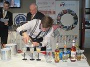 Dominik Prouza nedávno uspěl na soutěži, kde musel zpracovat šumivý sekt. Ten pozdvihl chutí whisky i hořkým likérem.