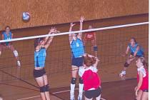 Domácí přípravný turnaj přinesl svitavským hráčkám (za sítí) čtyři porážky v poměru 1:2 a trenérce cenné poznatky.