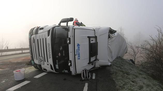 Nákladní vozy se střetly bočně. Na nich ovšem tak velká škoda nebyla.